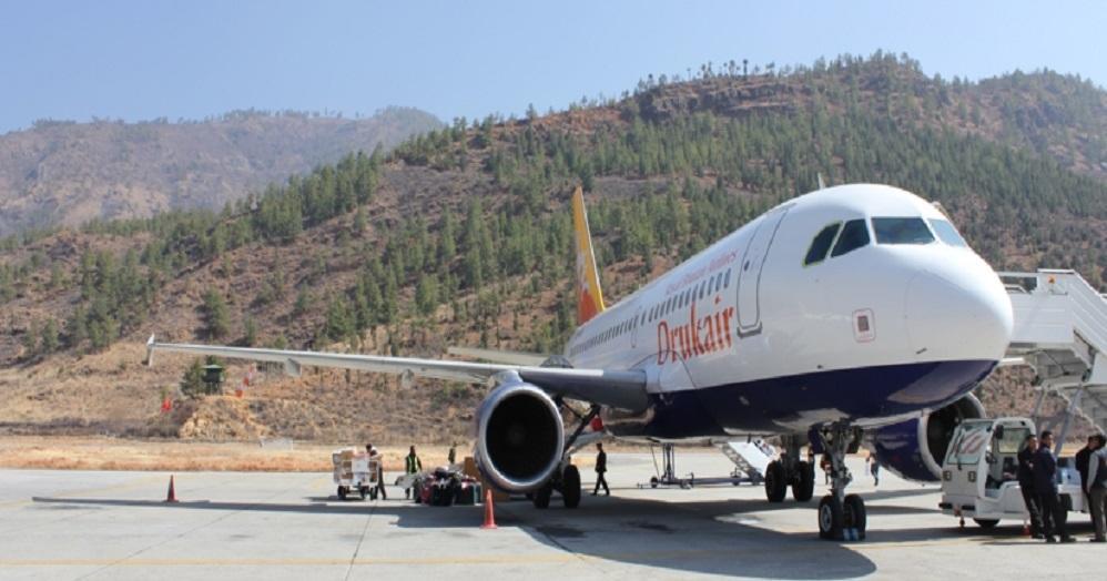 飛行機が山肌を駆け抜ける!ブータン渡航はスリルが満点?!