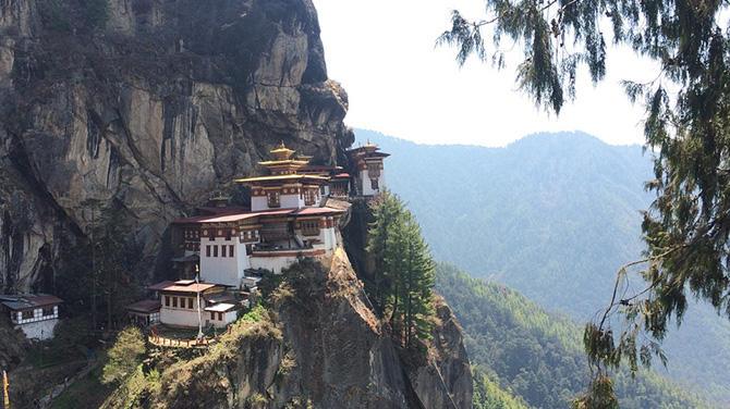 【体験記】ブータンの観光人気No.1のタクツァン僧院に登ってみた!