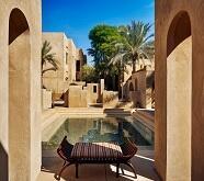 砂漠リゾートホテルに泊まる