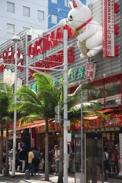 国際通りで沖縄グルメを食べ歩く